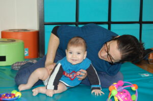 גליה במהלך טיפול בתינוק