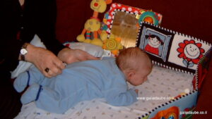 בן חדשיים על הבטן, עם סבתא