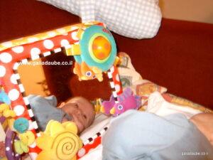 בן פחות מחדשיים, שוכב על הצד