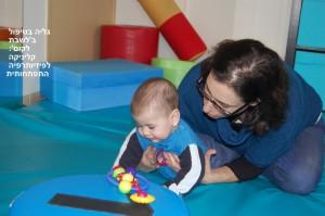 הפיזיותרפיה ההתפתחותית מספקת לתינוק 'רמזים' ורעיונות, מהם מנסה בעצמו תנועות חדשות
