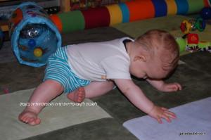 תינוק מתיישב דרך שכיבה על הצד-1