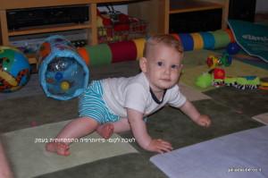 תינוק מתיישב מהצד-2